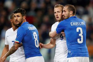 Football - Italy v England - International Friendly - Juventus Stadium, Turin, Italy - 31/3/15 Italy's Giorgio Chiellini holds England's Harry Kane Action Images via Reuters / Carl Recine Livepic EDITORIAL USE ONLY.