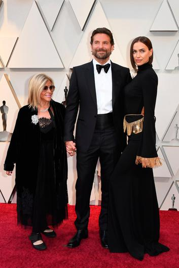 """Best Actor nominee for """"A Star is Born"""" Bradley Cooper (C), his wife Russian model Irina Shayk (R) and his mom Gloria Campano arrives for the 91st Annual Academy Awards at the Dolby Theatre in Hollywood, California on February 24, 2019. (Photo by Mark RALSTON / AFP)"""