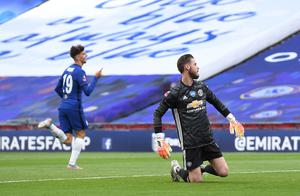 Chelsea's Mason Mount celebrates scoring their second goal as Manchester United's David de Gea looks dejected. REUTERS/Andy Rain