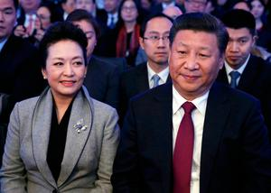Chinese President Xi Jinping (R) and his wife Peng Liyuan attend the World Economic Forum (WEF) annual meeting in Davos, Switzerland January 17, 2017.  REUTERS/Ruben Sprich