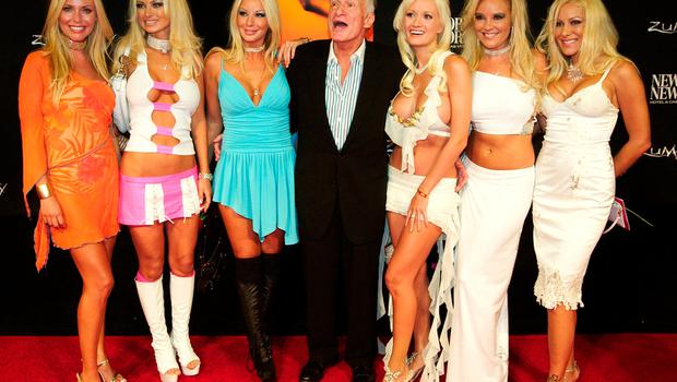 """""""Playboy"""" magazine founder Hugh Hefner poses with his six girlfriends (L-R) Sheila Levell, Izabella St. James, Zoe Gregory, Holly Madison, Bridget Marquardt and Cristal Camden on the red carpet after seeing the international gala premiere of Cirque du Soleil's new show """"Zumanity"""" at the New York-New York Hotel & Casino in Las Vegas, Nevada in this September 20, 2003 file photo. REUTERS/Ethan Miller/Files"""