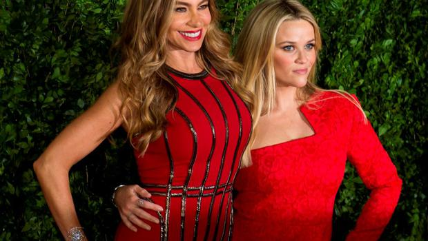 """Colombian actress Sofia Vergara (L) and US actress and Oscar winner Reese Witherspoon pose for photographers during the premiere of the film """"Hot Pursuit"""" in Mexico City"""