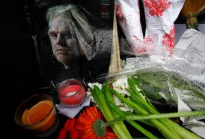 A memorial for movie actor Philip Seymour Hoffman is displayed in front of his apartment building in New York February 3, 2014. Award-winning actor Hoffman was found dead in his New York City apartment on Sunday of an apparent drug overdose, according to a New York Police Department source. REUTERS/Joshua Lott