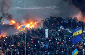 A general view shows clashes at Independence Square in Kiev February 19, 2014. Ukrainian riot police charged protesters occupying the central Kiev square early on Wednesday after the bloodiest day since the former Soviet republic, caught in a geopolitical struggle between Russia and the West, won its independence.  REUTERS/Vasily Fedosenko