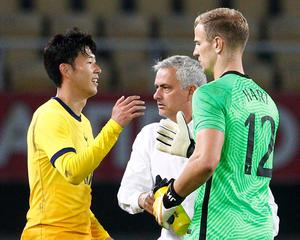 Tottenham Hotspur's Joe Hart celebrates with Son Heung-min (l) and manager Jose Mourinho