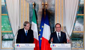 French President Francois Hollande and Italy's Prime Minister Paolo Gentiloni (L) attend a joint media briefing at the Elysee Palace during a visit in Paris, France, January 10, 2017.  REUTERS/Christian Hartmann