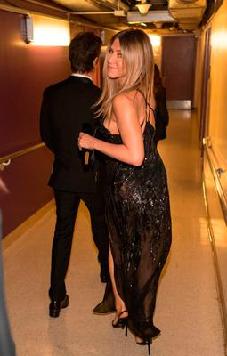 Actors Jennifer Aniston (L) and Justin Theroux pose backstage during the 89th Annual Academy Awards at Hollywood & Highland Center on February 26, 2017 in Hollywood, California.  (Photo by Christopher Polk/Getty Images)