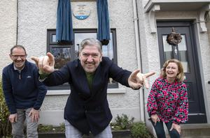 Peter Lynott (centre) with house owners Don Sweeney and Donna O'Reilly at Leighlin Road, Crumlin, for the plaque unveiling