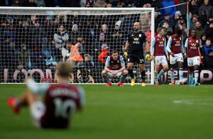 Aston Villa's Pepe Reina, Bjorn Engels and teammates look dejected after conceding a last minute goal. Photo: REUTERS/Phil Noble
