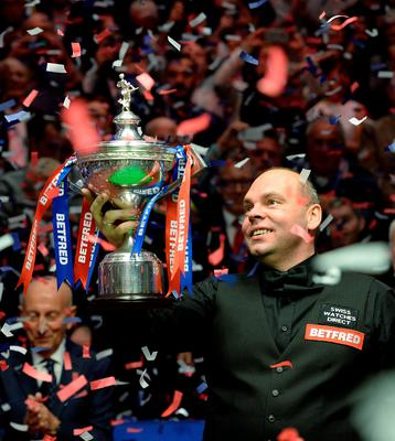 Stuart Bingham celebrates with the trophy after winning the final of the Betfred World Championships at the Crucible Theatre, Sheffield. PRESS ASSOCIATION Photo. Picture date: Monday May 4, 2015. See PA story SNOOKER World. Photo credit should read: Anna Gowthorpe/PA Wire