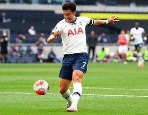 Son Heung-min scores Tottenham's first goal against Arsenal. Photo: Getty Images