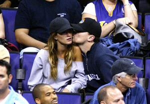 Actor Leonardo Di Caprio (C) and model Gisele Bundchen (L) attend the game between the Los Angeles Lakers and the Utah Jazz on December 7, 2003