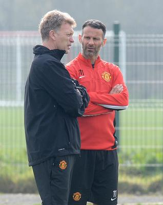 Manchester United manager David Moyes talks with Ryan Giggs, during a training session at the AON Training Complex, Manchester. PRESS ASSOCIATION Photo. Picture date: Monday March 31, 2014. Manchester United face Bayern Munich in their UEFA Champions League Quarter Final match tomorrow evening. See PA story SOCCER Man Utd. Photo credit should read: Martin Rickett/PA Wire.
