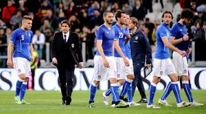 Italy's coach Antonio Conte (2nd L) and his players greet their supporters at the end of their international friendly soccer match against England at Juventus Stadium in Turin March 31, 2015. REUTERS/Giorgio Perottino