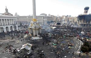 Anti-government protesters build barricades around the Independence Square during clashes with riot police in Kiev February