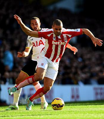 Jonathan Walters is challenged by Andros Townsend of Spurs