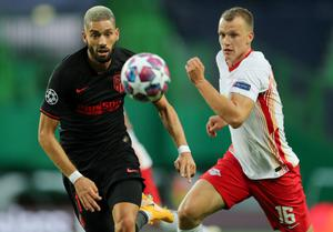 Atletico Madrid's Yannick Carrasco and RB Leipzig's Lukas Klostermann track down the ball. Photo: Reuters