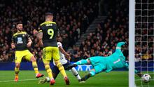 Shane Long of Southampton scores his team's first goal during the FA Cup Fourth Round Replay match against Tottenham Hotspur. (Photo by Julian Finney/Getty Images)