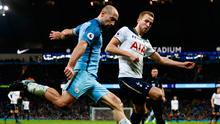 Manchester City's Pablo Zabaleta in action with Tottenham's Harry Kane during the match. Photo: Jason Cairnduff/Reuters
