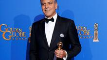 Honoree actor George Clooney poses with the Cecille B. DeMille award backstage at the 72nd Golden Globe Awards in Beverly Hills, California January 11, 2015