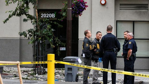 Berkeley Police officers confer at the scene of a 4th-story apartment building balcony collapse in Berkeley, California June 16, 2015. Five young Irish citizens were killed and at least eight other people were injured when an apartment balcony collapsed early on Tuesday in the Californian city of Berkeley, Ireland's foreign minister said.  REUTERS/Elijah Nouvelage