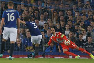 Everton's Leighton Baines scores his team's third goal from a penalty past VfL Wolfsburg's Diego Benaglio. Photo credit: REUTERS/Andrew Yates