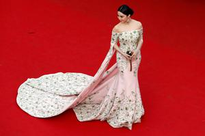 "Actress Fan Bingbing poses on the red carpet as she arrives for the opening ceremony and the screening of the film ""La tete haute"" out of competition during the 68th Cannes Film Festival in Cannes, southern France, May 13, 2015. The 68th edition of the film festival will run from May 13 to May 24.              REUTERS/Benoit Tessier"