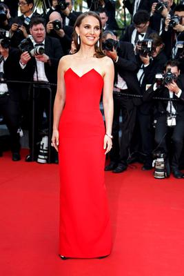 "Actress Natalie Portman poses on the red carpet as she arrives for the opening ceremony and the screening of the film ""La tete haute"" out of competition during the 68th Cannes Film Festival in Cannes, southern France, May 13, 2015. The 68th edition of the film festival will run from May 13 to May 24.                 REUTERS/Eric Gaillard"