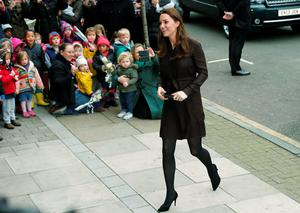 Britain's Catherine, Duchess of Cambridge arrives at the Fostering Network offices in North London January 16, 2015.  The Fostering Network is a charity which provides  information about fostering, gives support and advice to its members, and campaigns to improve foster care. REUTERS/Suzanne Plunkett (BRITAIN - Tags: ROYALS SOCIETY)
