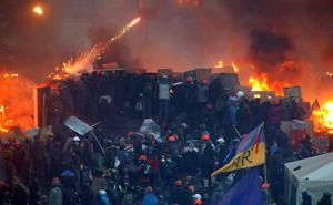 Anti-government protesters clash with riot police at Independence Square in Kiev February 19, 2014. Ukrainian riot police fought protesters occupying the central Kiev square early on Wednesday after the bloodiest day since the former Soviet republic, caught in a geopolitical struggle between Russia and the West, won its independence. REUTERS/Vasily Fedosenko