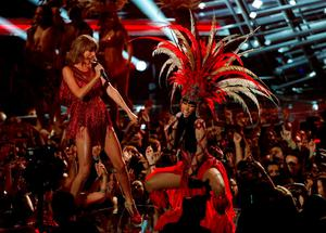 """Taylor Swift (L) performs """"Bad Blood"""" with Nicki Minaj at the 2015 MTV Video Music Awards in Los Angeles, California August 30, 2015.   REUTERS/Mario Anzuoni (TPX IMAGES OF THE DAY)"""