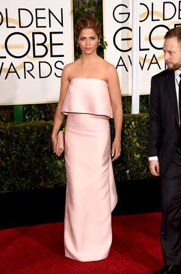 Golden Globes 2015: Newly blonde Camila Alves is pretty in pink in Monique Lhuillier.