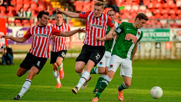 26 June 2015; Garry Buckley, Cork City, in action against Philip Lowry and Ronan Curtis, Derry City. SSE Airtricity League Premier Division, Derry City v Cork City, Brandywell, Derry. Picture credit: Oliver McVeigh / SPORTSFILE