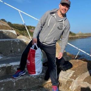 Hollywood legend Matt Damon, armed with a Supervalu bag at the 40 Foot is staying in racing tycoon Eddie Irvine's plush pad in Dalkey during the Coronovirus lockdown