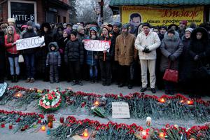 """People hold placards with the slogan """"I am Bosse"""" during a mourning ceremony for victims killed in the shelling of a bus stop, in Donetsk, eastern Ukraine (REUTERS/Alexander Ermochenko)"""