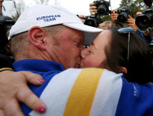 Team Europe golfer Jamie Donaldson kisses his partner Kathryn Tagg as they celebrate him winning his match against U.S. player Keegan Bradley to retain the Ryder Cup for Europe on the 15th green during the 40th Ryder Cup at Gleneagles in Scotland September 28, 2014.       REUTERS/Russell Cheyne (BRITAIN  - Tags: SPORT GOLF TPX IMAGES OF THE DAY)