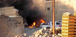 A car is engulfed by flames during clashes in the city of Ramadi, May 16, 2015.  Islamic State militants drove security forces from a key military base in western Iraq on Sunday and Prime Minister Haider al-Abadi authorized the deployment of Shi'ite paramilitaries to wrest back control of the mainly Sunni province.  Picture taken May 16, 2015.  REUTERS/Stringer