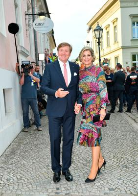 King Willem-Alexander of The Netherlands and his wife Queen Maxima pose as they arrive to a  dinner in the Historical Saftfabrik in Werder, eastern Germany, on May 21, 2019. (Photo by Jens Kalaene / POOL / AFP)