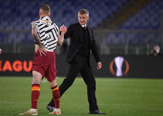 Manchester United manager Ole Gunnar Solskjaer shakes hands with AS Roma's Rick Karsdorp after the match. REUTERS/Alberto Lingria
