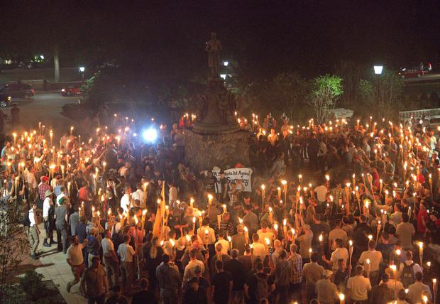 White nationalists carry torches around a statue of Thomas Jefferson on the grounds of the University of Virginia, on the eve of a planned Unite The Right rally in Charlottesville, Virginia, U.S. August 11, 2017. Picture taken August 11, 2017. Alejandro Alvarez/News2Share via REUTERS.