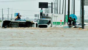 People wait for rescue as their vehicles are  submerged in flooding in Joso,  Ibaraki  prefecture,  northeast of  Tokyo, Japan. Photo: AP