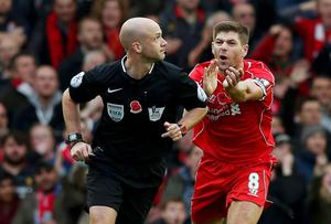 Liverpool captain Steven Gerrard (R) appeals to referee Anthony Taylor for a penalty in the closing stages of the game. Photo credit: REUTERS/Phil Noble