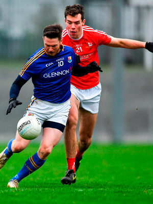 Michael Quinn of Longford in action against Conor Earley of Louth. Photo by Piaras Ó Mídheach/Sportsfile