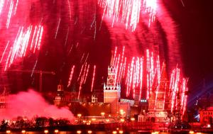Fireworks explode over Moscow's Kremlin complex during New Year celebrations in Moscow, on January 1, 2016. / AFP / VASILY MAXIMOVVASILY MAXIMOV/AFP/Getty Images