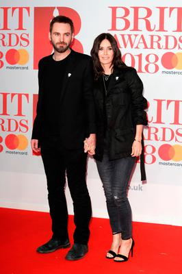 Johnny McDaid (L) and Courteney Cox attend The BRIT Awards 2018 held at The O2 Arena on February 21, 2018 in London, England.  (Photo by John Phillips/Getty Images)