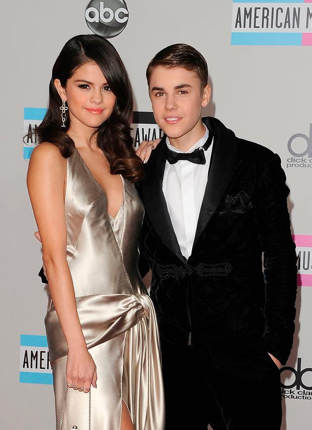 Selena Gomez (L) and Justin Bieber arrive at the 2011 American Music Awards held at Nokia Theatre L.A. LIVE on November 20, 2011 in Los Angeles, California. (Photo by Jason Merritt/Getty Images)