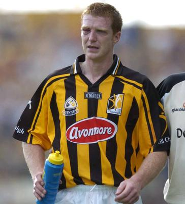 Kilkenny's Henry Shefflin leaves the field with an eye injury during the Guinness All-Ireland Hurling Championship Quarter Final Replay against Clare in 2004