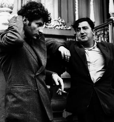 German born English artist Lucian Freud, the grandson of psychologist Sigmund Freud, cigarette in hand, converses with Irish writer Brendan Behan (1923 - 1964) in Dublin