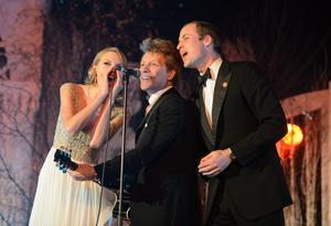 Jon Bon Jovi and Prince William, Duke of Cambridge sing on stage at the Centrepoint Gala Dinner