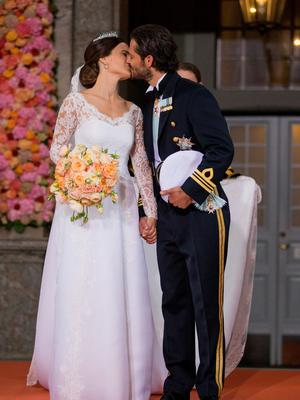 Prince Carl Philip of Sweden kisses his new wife Princess Sofia of Sweden after their marriage ceremony at The Royal Palace on June 13, 2015 in Stockholm, Sweden.  (Photo by Andreas Rentz/Getty Images)